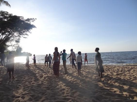 mit viel Spaß beim Fußballspielen am Strand
