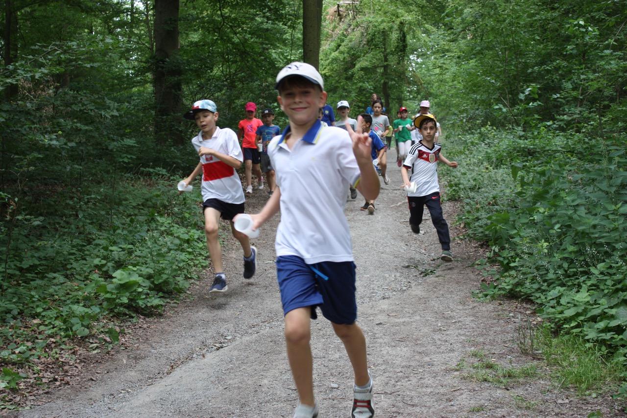 Motiviert laufen die Kids Runde um Runde - trotz Sommerhitze. Kompliment!