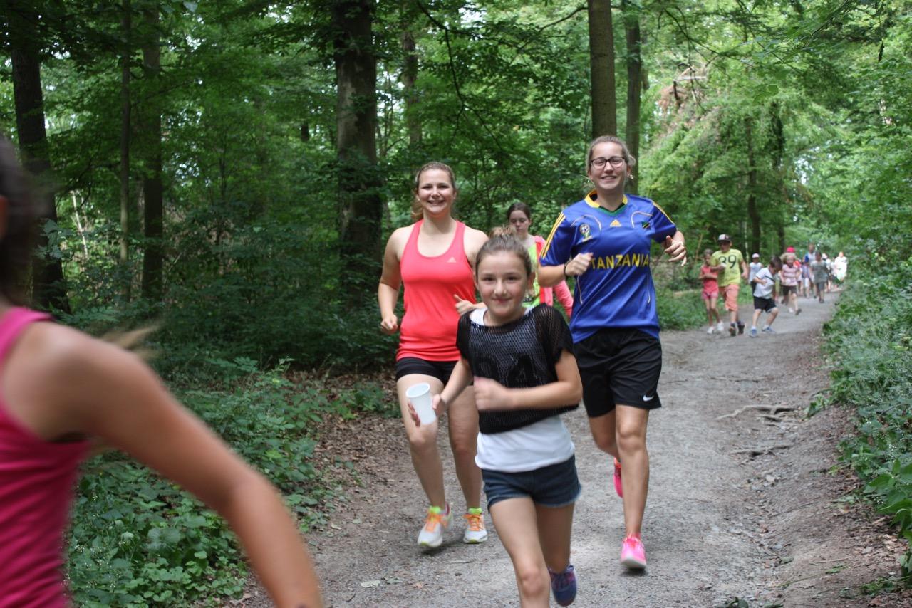 Schüler der Staufenbergschule aus HN-Sontheim und die Organisatorinnen Franziska und Anja beim Spendenlauf